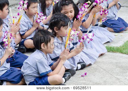 Children Worship Buddha