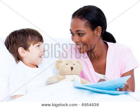 Menino sorridente com seu médico