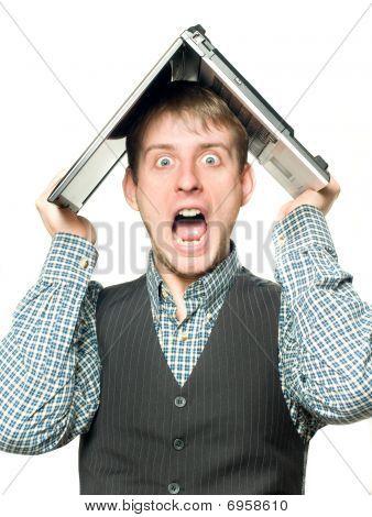 schockiert Mann mit Laptop über seinem Kopf
