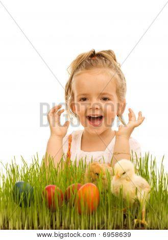 kleines Mädchen mit Ostereiern und Baby Hühner