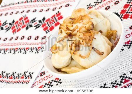 Platos ucranianos - bolas de masa hervida con cebolla frita
