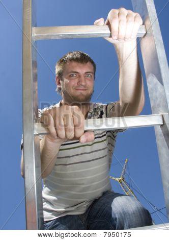 Homem subir escada