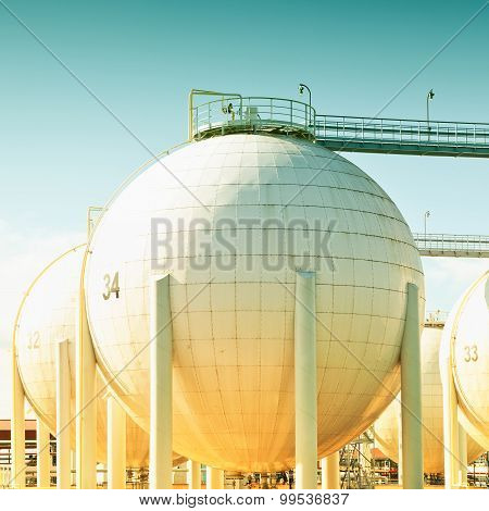 Spherical oil tank