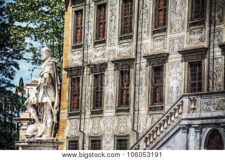 Palazzo Della Carovana With Cosimo I De Medici Statue In Pisa