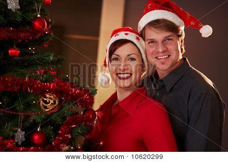 glückliches paar Weihnachten zu feiern