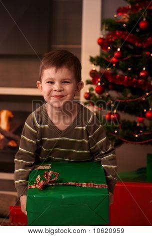Niño feliz con el regalo de Navidad