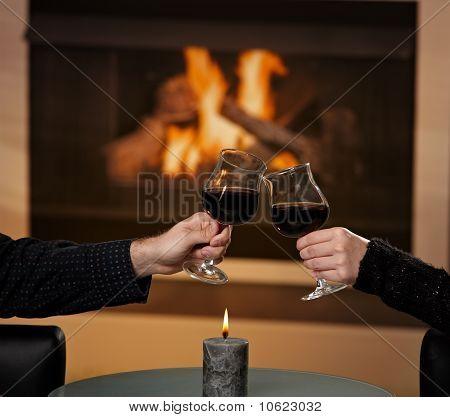 Manos sosteniendo Glas de vino