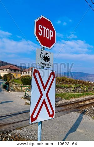 Railway crossing without barriers