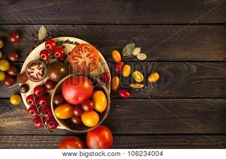 Tomatoes on the wooden background. crop of tomatoes. colorful tomatoes