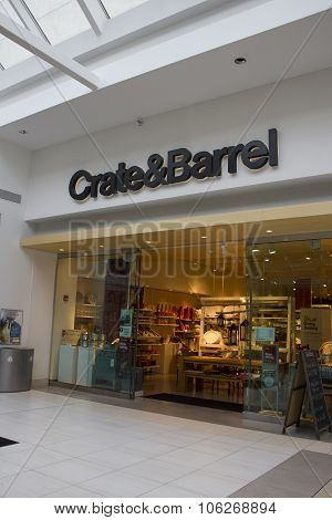 Indianapolis - Circa October 2015: Crate & Barrel Retail Store In Indianapolis II