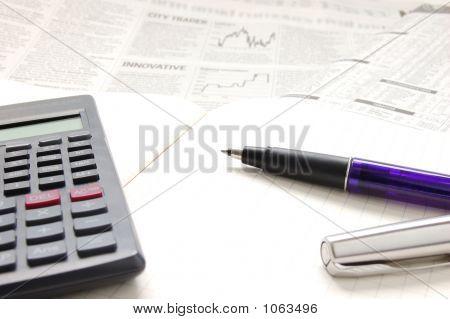 Lápiz, calculadora y papel de negocio