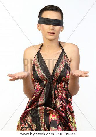 adolescente atado banda negra a los ojos