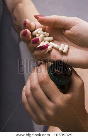 junge Frau hat Kontrolle über Pillen
