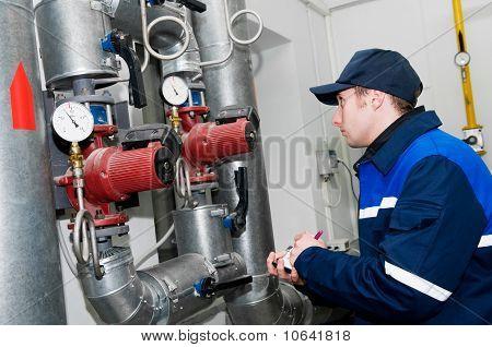 Heizung Engineer im Kesselraum