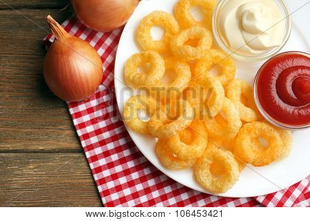 Chips rings with sauce and onion
