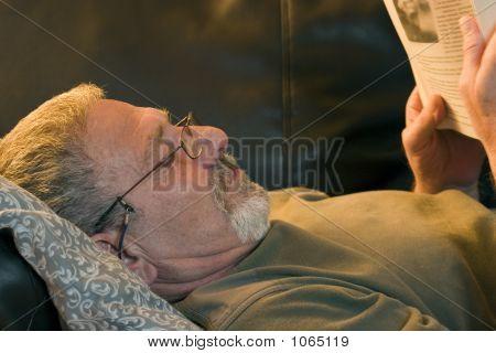 Lesen Sie ein Buch auf der Couch
