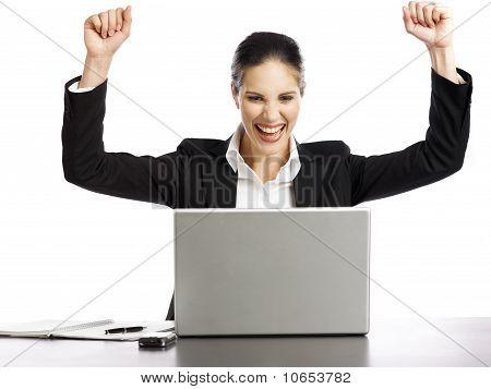 Joven empresaria emocionada mirando portátil 3