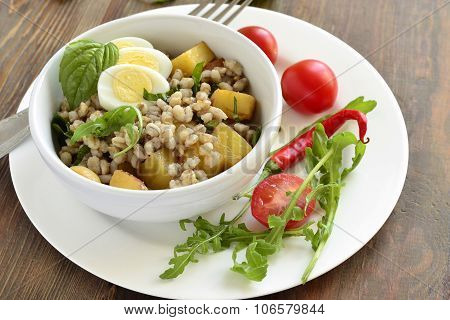 Salad with pearl barley, baked potatoes and quail egg