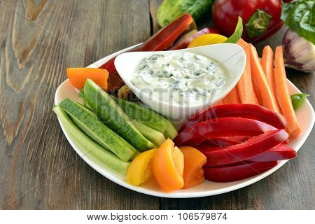 Yoghurt sauce with garlic and basil with vegetables