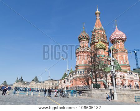 Many Tourists At The St. Basil's Cathedral