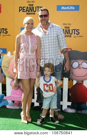 LOS ANGELES - NOV 1:  Tori Spelling, Dean McDermott at the