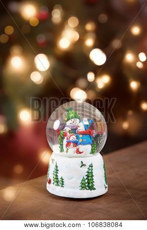 A snow globe with family snowmen.