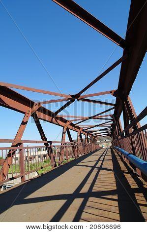 Ao pé da ponte.