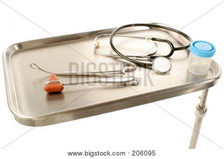 Bandeja de acero inoxidable con suministros médicos