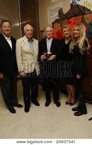 LOS ANGELES - NOV 18:  Beverly Hills Police Chief David Snowden, Richard Rosenzweig, Hugh Hefner, Dr Lois Lee, Dyan Cannon at'Hero of the Hearts' award from Children of the Night on November 18, 2011