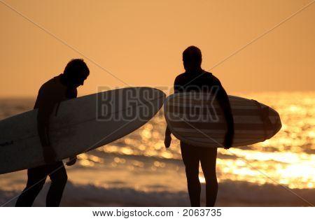 Silueta de surfistas