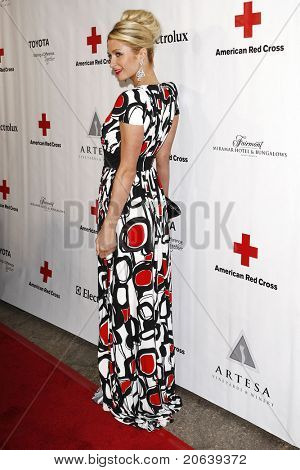SANTA MONICA - 9 de abril: Paris Hilton, al llegar a la Cruz Roja Americana, Annua del Cabildo de Santa Mónica