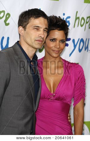 BEVERLY HILLS - APR 17: Halle Berry, Olivier Martinez at the Silver Rose Awards Gala held at the Beverly Hills Hotel, Beverly Hills, California on April 17, 2011.