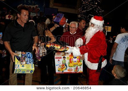 LOS ANGELES - DEC 19: Arnold Schwarzenegger passes out toys at the Hollenbeck Youth Center's 28th