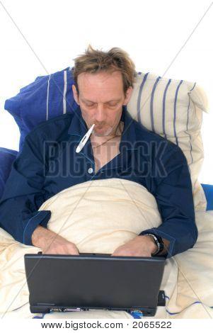 krank im Bett mit Laptop.