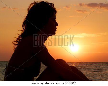 junges Mädchen Träumen auf sunset Hintergrund