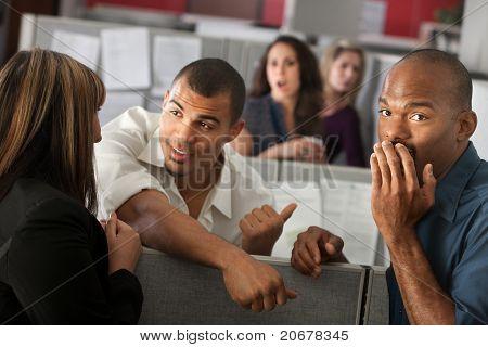 Hombre avergonzado con compañeros de trabajo