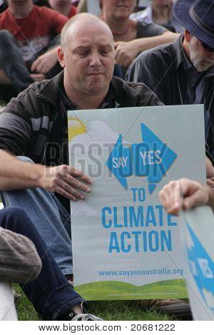 Brisbane, Australia - el 6 de junio: Hombre con dicen sí a la señal de acción de clima escuchando Rally altavoces D