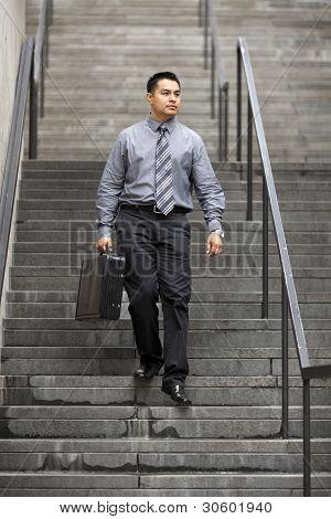 Empresário hispânico - descendo a escada