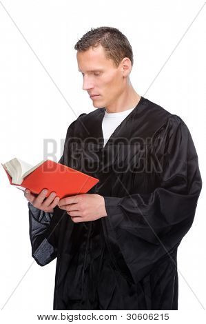 Imagens de completo estúdio isolado de um juiz jovem (advogado), com o livro de estatuto