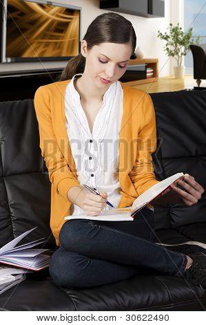 La niña leyendo un libro con Axpression absorbida