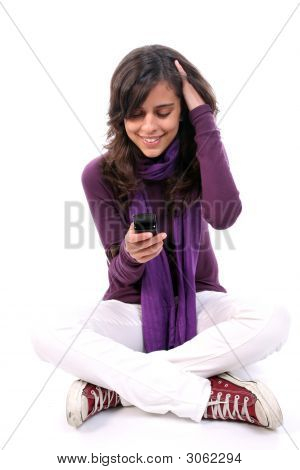 Casual jovem, feliz, olhando para seu celular