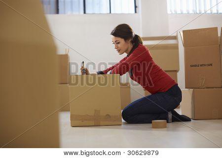 Umzug in neue Wohnung mit boxen caucasian Frau