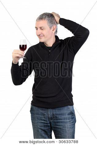 Mann, der ein Glas roten Portwein