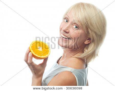 Porträt von attraktiv caucasian lächelnd reife Frau blond isoliert auf weiß Studioaufnahme mit oran