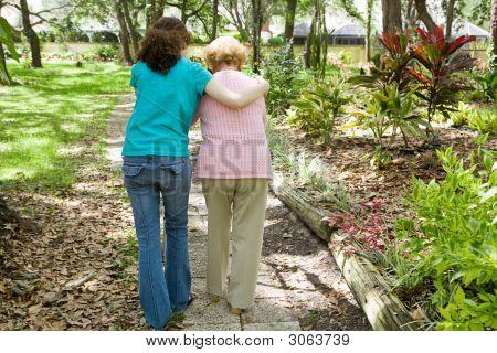 Ayudar a la abuela a pie