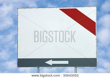 Outdoor de branco em branco com vermelho e cinza Bar e seta sobre Cloudscape