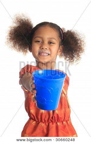 Niños afroamericanos y asiáticos cabello largo bebidas leche.