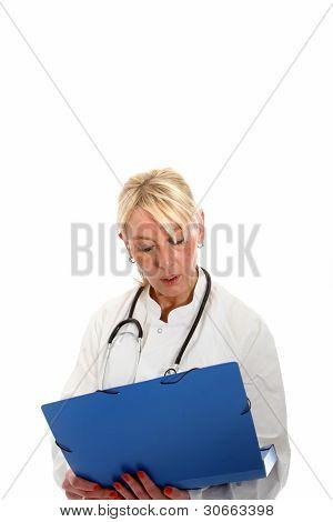 Mujer médico lectura A carta