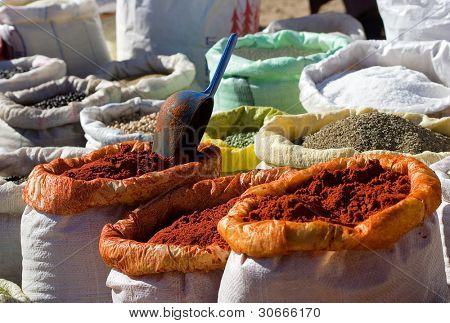 Cocina de especias a la venta en un mercado de la ciudad en Marrakech, Marruecos