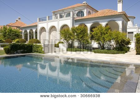 Amazing and beautiful villa with a healthy garden and a refresh water pool, located at Quinta do Lago, south of portugal